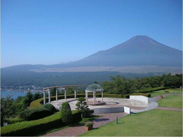 中庭から見た富士山と山中湖