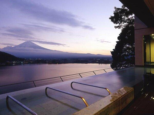 ★夕暮れ時の美しい富士山★最上階9階の天空に浮かぶ露天風呂。息をのむ絶景とリゾートの開放感を存分に