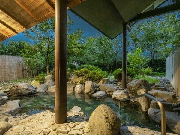 夕暮れ時の露天風呂。静かな山の麓の凛とした空気に包まれて。