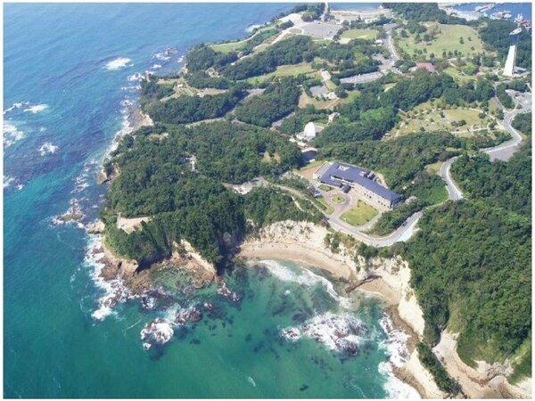 空から見たホテル花天 広大な三崎公園海側にございます。