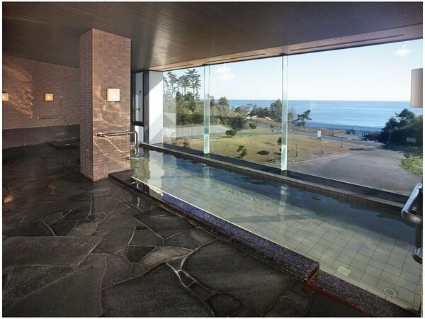 海の見える温泉大浴場 朝日を浴びながら浸かる朝湯。月の出に照らされる海の道・・