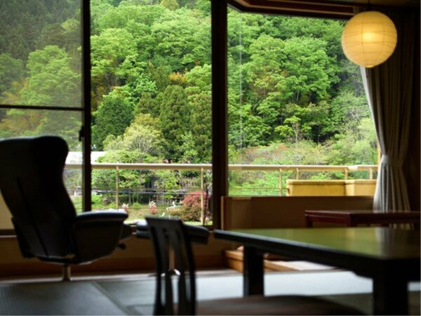 窓の外に迫る山並みを眺めながら、寛ぎの一時を