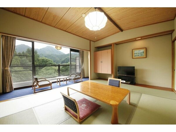 【出で湯館】客室の一例。10畳。窓が大きくとってあり、川側のお部屋は特に眺望がよいのが特長です。