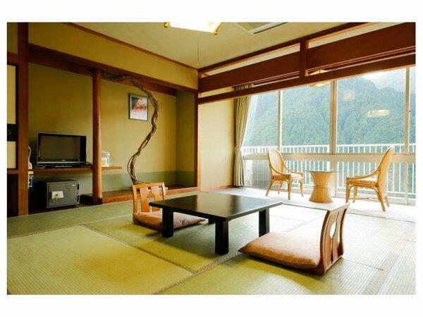 窓いっぱいに緑が広がる和室12.5畳