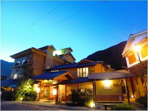 下呂温泉街から高台に位置し、静閑な立地。玄関全景