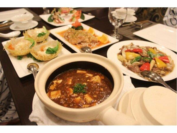 男子会プランの大皿料理。麻婆豆腐やエビチリ、唐揚げなど、ボリュームたっぷりのお料理がずらり♪
