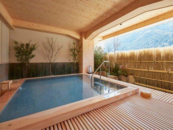 ■露天風呂■ 露天風呂から望む飛騨川の美しい眺めは、四季それぞれにいで湯情緒をもりあげてくれます。