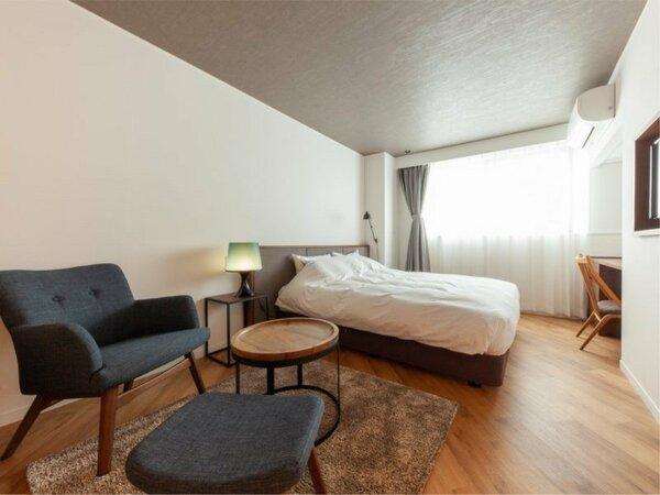 ■紬 TSUMUGI■ 落ち着いた空間にチェアを設置し、ゆったり寛げるダブルベッド客室。