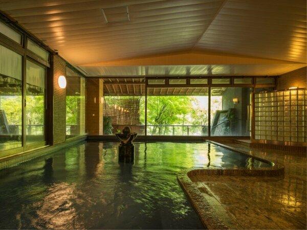 【大浴場】大きな窓からは新緑の樹木の緑が眺められる♪ゆっくりと下呂温泉をお楽しみいただけます!