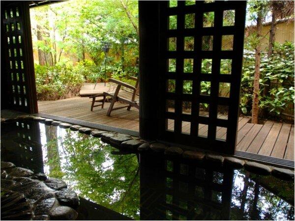 """手足を広げ、のんびり""""湯の贅""""を満喫!庭園を望むウッドデッキでは""""心地よい湯涼み""""も――♪"""