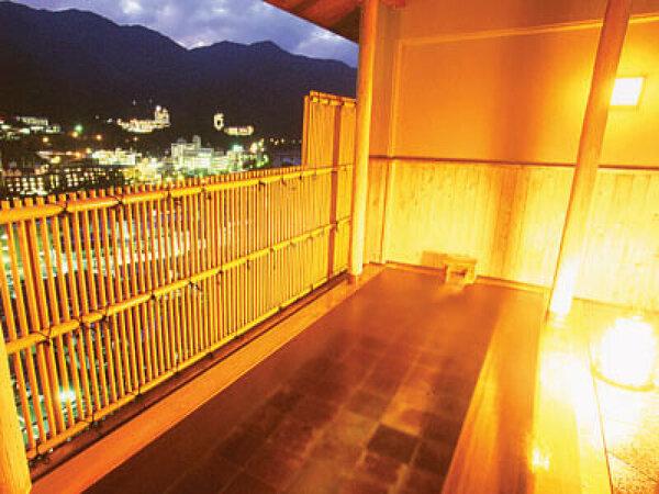 紗々羅館の最上階にある展望桧露天風呂。綺麗な夜景とともに癒されます