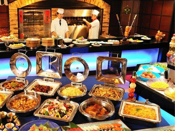 オープンキッチンの出来立て料理等、和洋中50種以上の食べ放題!