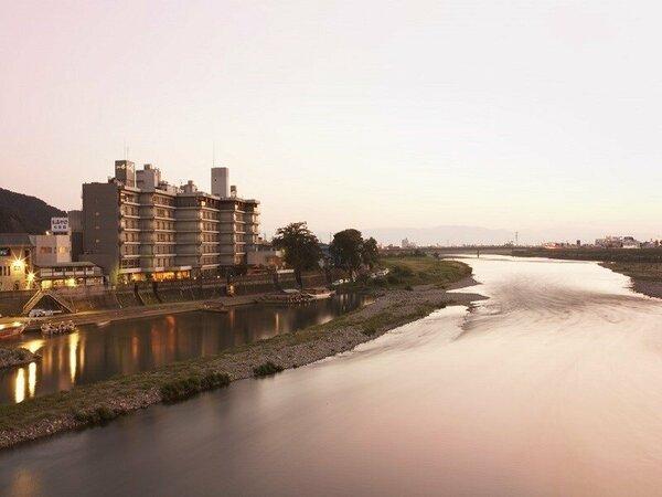 清流長良川と金華山に抱かれた町屋通りの一角に佇む芭蕉ゆかりの宿。清流長良川が目の前に広がります。