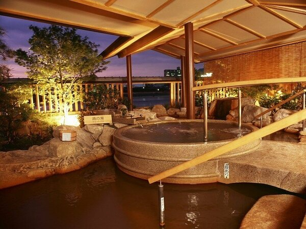 「川の音」露天風呂の風景。湯船に木曽石をた使用した露天風呂からは美しい長良川の流れが一望できます。