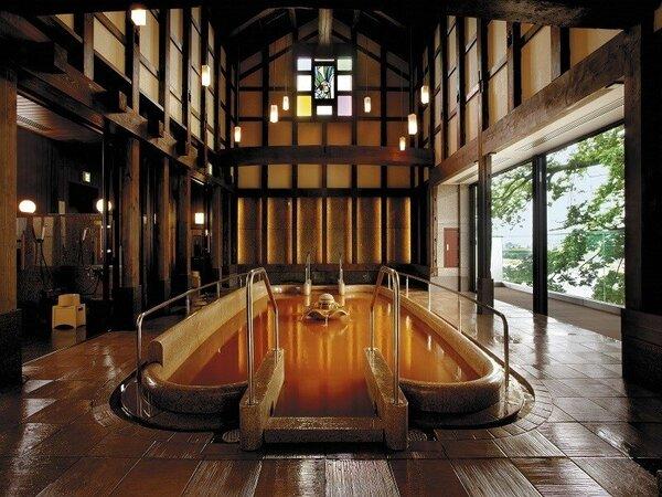 「川の瀬」内に併設された蔵のお風呂「蔵の湯」。明治時代の蔵の梁・柱が大浴場として蘇りました。