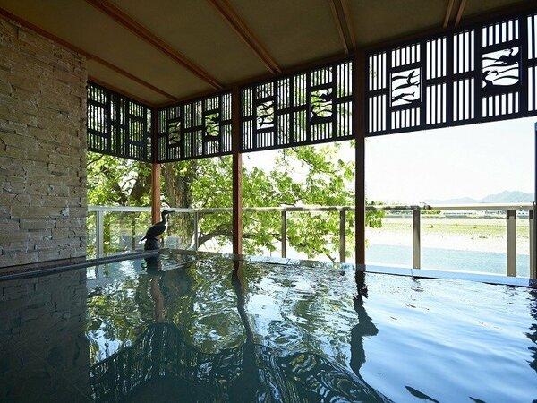 「川の瀬」露天風呂の風景。随所に配置された鵜飼モチーフが くつろぎの空間を彩ります。