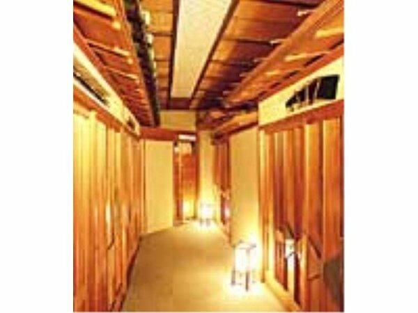 客席入口には2重3重の飾り屋根が設けられ、往年の栄華が偲ばれます。