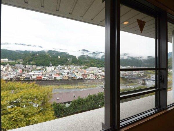 *【和室10畳】川側客室からの眺望は、飛騨川・下呂の街並みをご覧いただけます