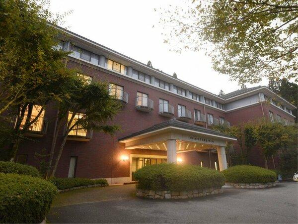 *【外観】下呂温泉の喧騒を離れた、高台に佇む会員制リゾートホテル。