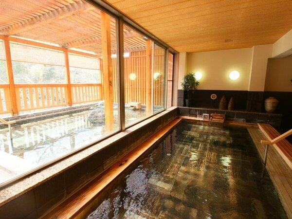 大浴場「檜扇」。古代檜を使った浴槽のおかげで、浴室に入った瞬間に檜の香りにつつまれます。