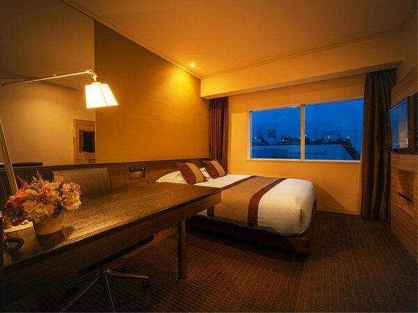 ■ダブル(18平米)■クィーンサイズのゆったりベッドは、カップルでの快適な滞在にも。