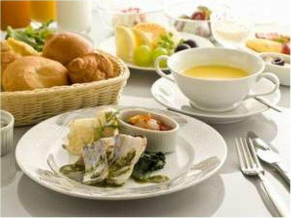 【朝食 洋コース例】野菜サラダや果物のプチバイキングコーナーもございます。