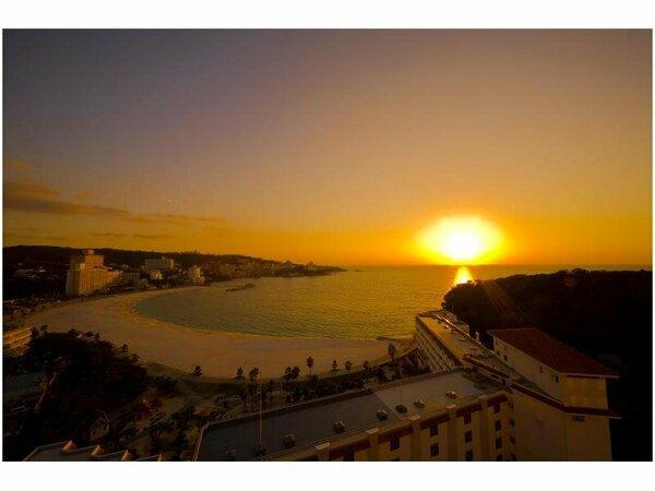 葵館9階以上の海側のお部屋では、白良浜に落ちる夕陽がお楽しみいただけます。(写真はイメージ)