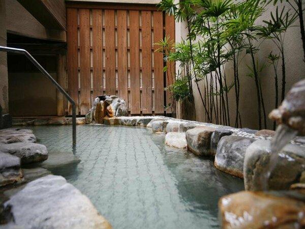かけ流しの露天風呂は夜通しご入浴いただけます。