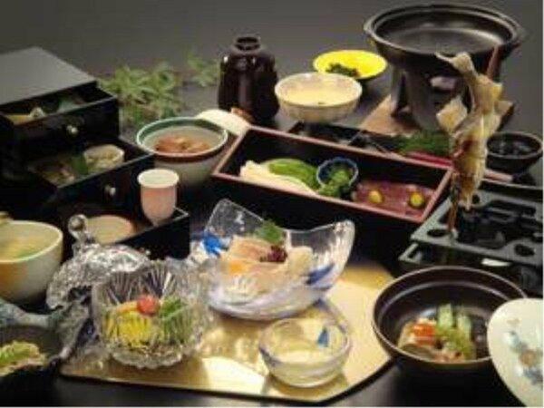山の幸会席は、自家製の梅酒や鮎の塩焼きなど様々な郷土料理が並びます。