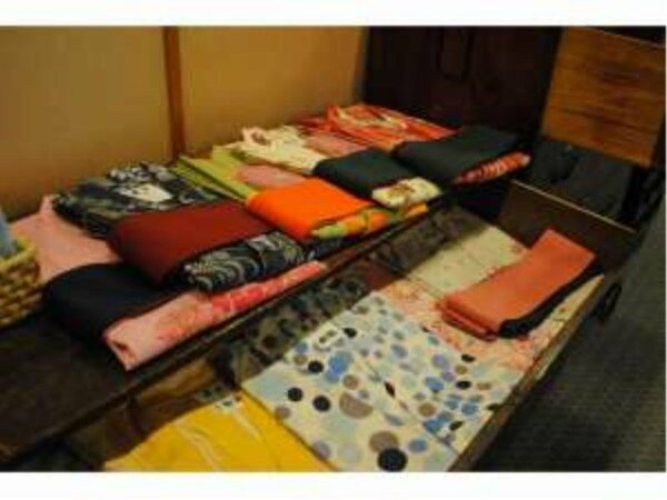 柄も色も豊富な色浴衣がフロント横にズラリと並びます