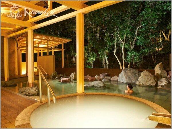 【温泉サロンロイヤルスパ「悠久の森」】露天風呂/森に抱かれる湯量豊富な『岩風呂』