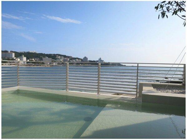爽快な海と空を体感する露天風呂