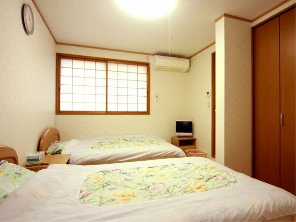 *洋室ツイン/清潔にしつらえられたベッドルームで安眠の夜をお過ごし下さい。