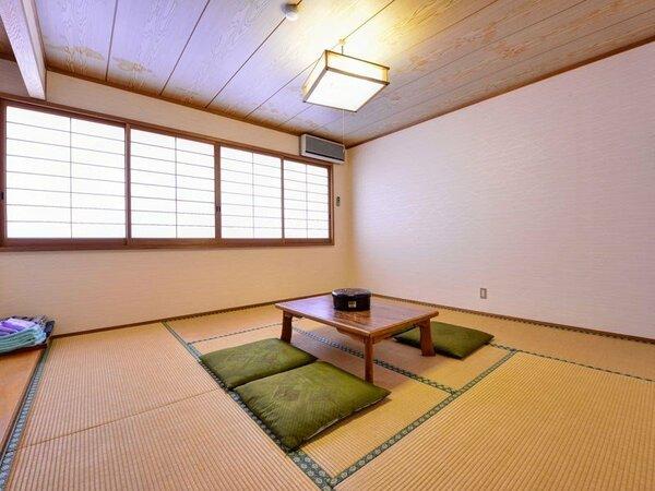 *本館和室(客室一例)/畳の香がほのかに薫るお部屋でのんびりとお寛ぎ下さい。