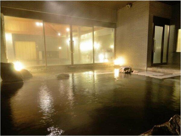 夜の露天風呂~昼とは全く違う顔を魅せる夜の定山渓。湯気の奥にぼんやりと映る夜空は札幌とは思えない景色