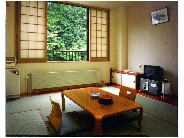 山手側客室(和室・8畳)のお部屋です ※駐車場側です。