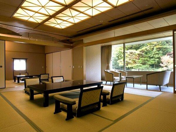 大きな窓からの景色が魅力的なお部屋。お手洗いが2つあり大人数でも快適に過ごせるゆとりあるお部屋。