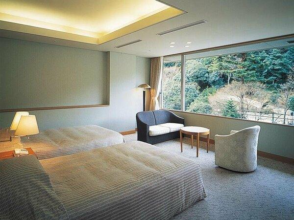 鴻朧館のセミスイートツイン。開放的な大きな窓が特徴のお部屋です。