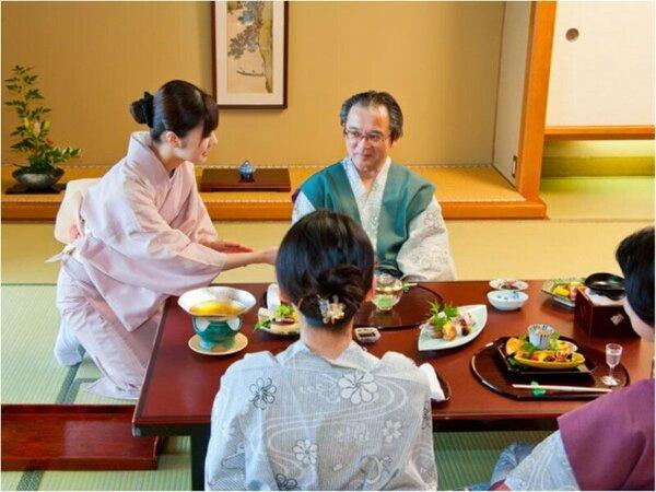 お部屋食では客室係が心を込めておもてなしいたします。  ※イメージ