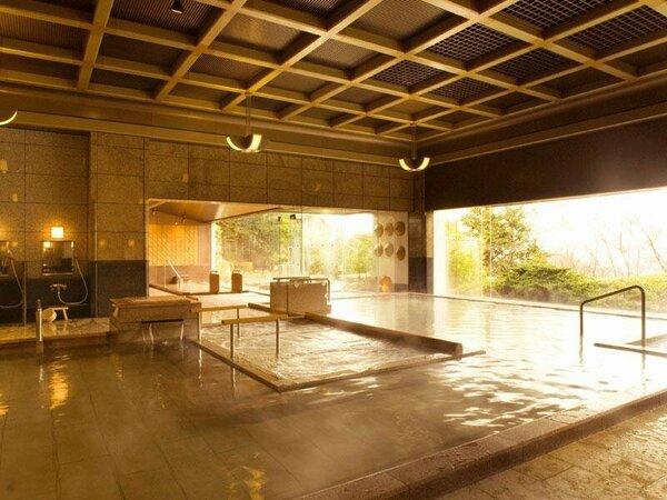 【一の湯・内湯】格子天井が美しい純和風。ウォッシングスペースも広々。