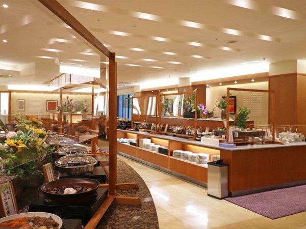 ブッフェレストラン『花の舞』。お料理前のパネル設置・ラップ掛けなどの衛生対策を施しています。