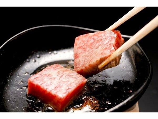 目の前で焼き上げる『神戸牛木の葉鉄板焼』。鉄板にのせると肉の焼ける音と共に芳ばしい香りが広がります。