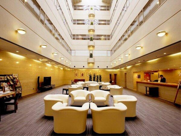 本館のロビーは上階まで吹き抜けとなっており開放的な雰囲気です。