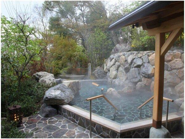 【季の湯:立ち湯露天風呂】深さ120cmで全身くまなく温泉に包まれる感覚は格別の心地よさです