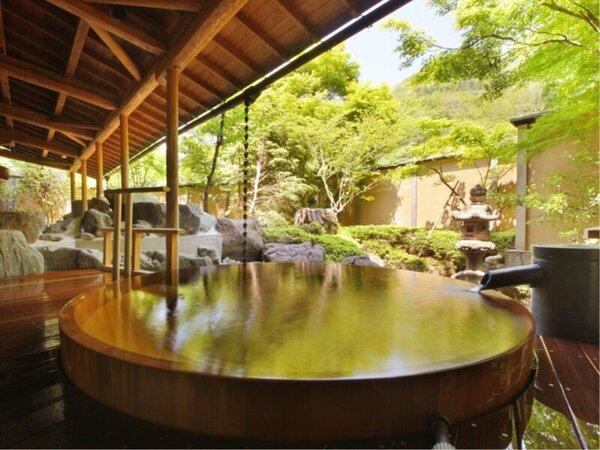 ひのき樽風呂総檜づくりの特大の樽風呂。仲間同士で温泉談義も盛り上がります