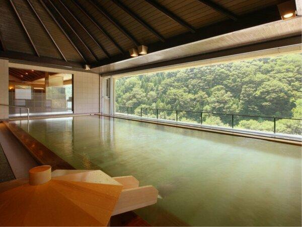 展望ひのき大浴場10Fから眺める四季折々、豊かな自然は圧巻。ひのきの香りと共にお楽しみ下さい