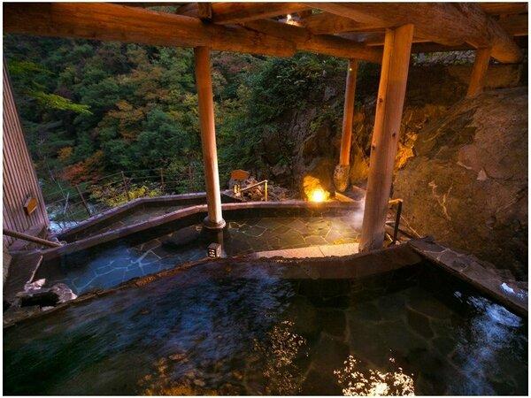 """【棚湯】日が暮れかけて姿を変える""""自然美""""をうっとりと眺めるひととき。"""