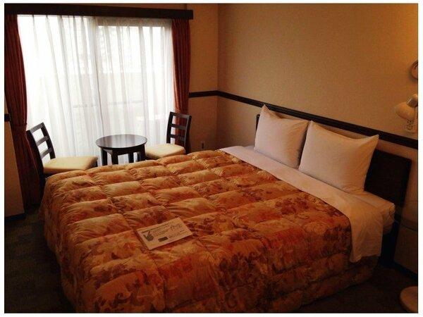 ダブルルームの一例 ■ベッド幅 160cm■ イス・テーブル付でゆったりお過ごしいただけます。