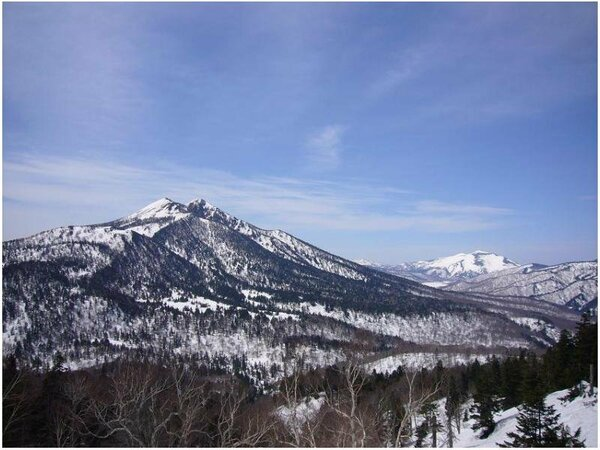 山に雪があり時だけ行く事ができるビューポイント。燧ヶ岳と尾瀬ヶ原と至仏山の眺望が楽しめます。