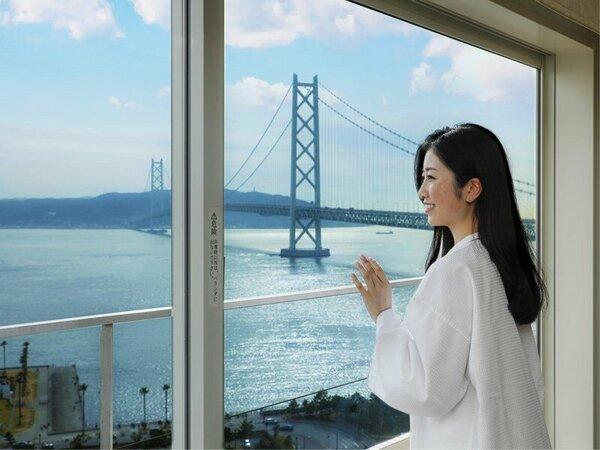 """""""一面の海""""と""""明石海峡大橋""""が見えるお部屋は素敵な旅を彩ります。"""